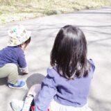 2人の子供の後ろ姿