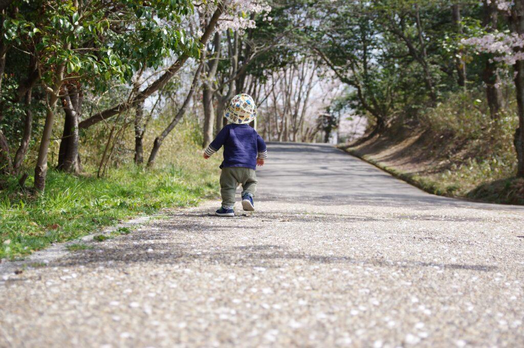 公園を歩く子ども