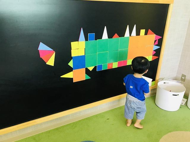 黒板で遊ぶ子ども