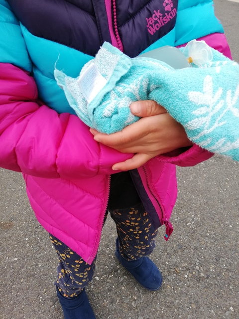 ゴム手袋のおもちゃを抱っこ