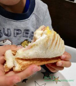 ホットサンド食べる息子